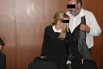Manželé Tomáš a Blanka G. (na snímku) stanuli před soudem. Dalším obžalovaným je Iveta G., majitelka havířovské autoškoly.