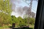 Černý dým z požáru ve Vratimově na snímcích uživatelů Facebooku.