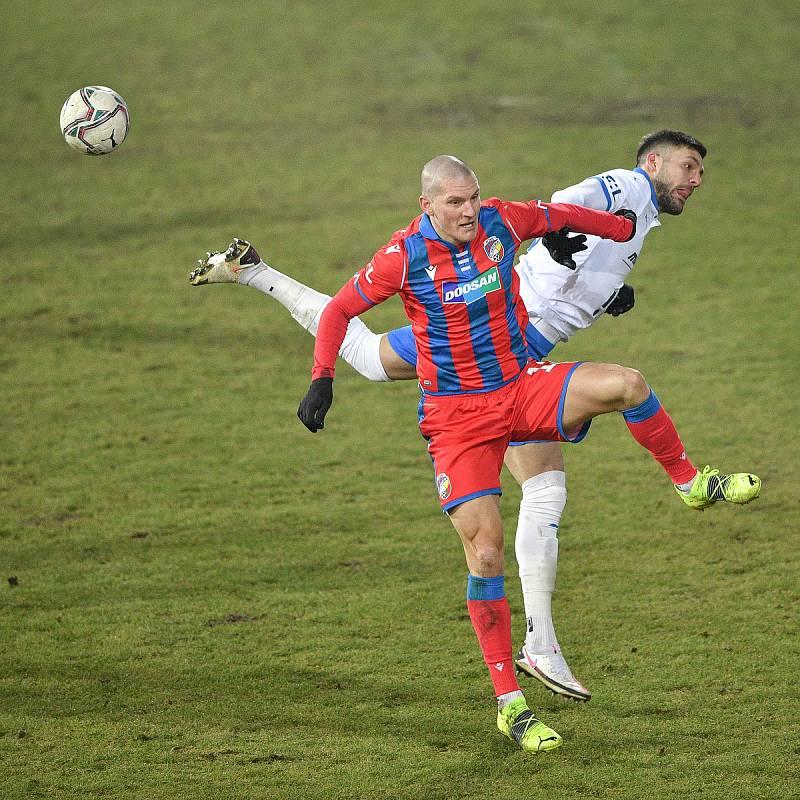 Utkání 17. kola první fotbalové ligy: FC Baník Ostrava – FC Victoria Plzeň, 31. ledna 2021 v Ostravě. (zleva) Patrizio Stronati z Ostravy a Zdeněk Ondrášek z Plzně.