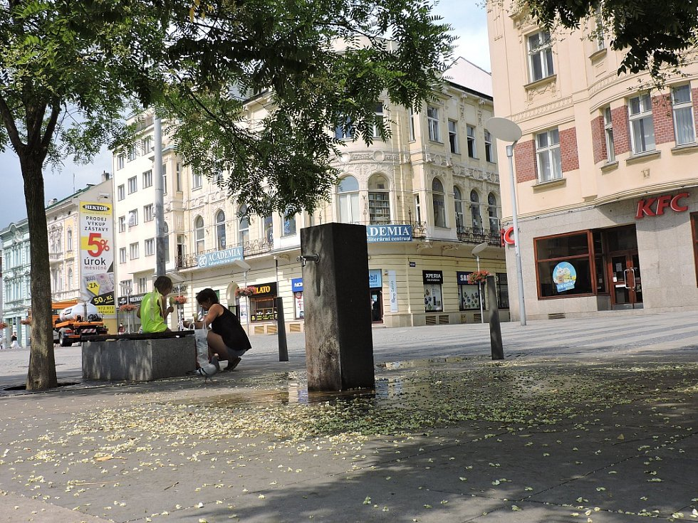 Kohoutky s pitnou vodou v centru Ostravy - dva se nachází v rozích Masarykova náměstí, jeden u autobusové zastávky u Husova sadu.