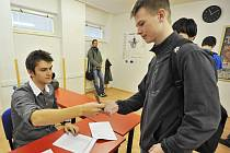 Volby nanečisto si v těchto dnech vyzkoušeli i studenti Střední školy teleinformatiky v Ostravě-Porubě.