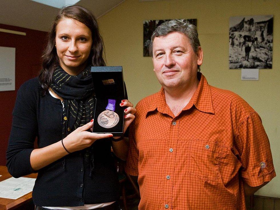 Plavkyně Barbora Závadová a šéftrenér KPS Ostrava Vítězslav Hartmann s bronzovou medailí z Olympiády mládeže.