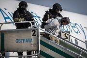 Na cvičení Safeguard 2015 předvedla jednotka sedmdesáti záložáků střežení objektu ostravského letiště společně se složkami Integrovaného záchranného systému.