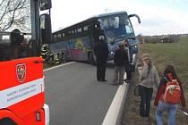 Autobusu zpátky na silnici museli pomoci hasiči