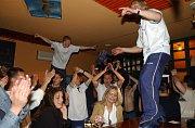 BAR PTÁK V HRSTI (dnes klub Embargo) byl během mistrovské sezony útočištěm fotbalového Baníku. K pravidelným návštěvníkům baru patřil třeba kanonýr Marek Heinz. Po zisku titulu se tam odehrála i hlavní část oslav, kterou režíroval třeba stoper Pavel Besta