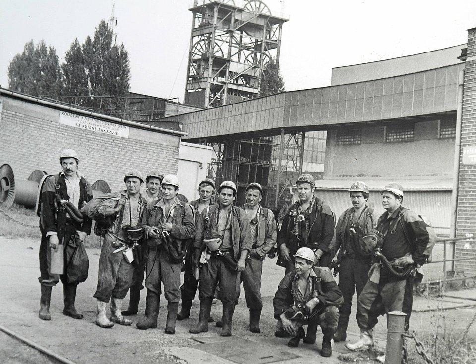 Dobový snímek záchranářů s vyšetřovateli jednoho z výbuchů, Luboš Civín je na něm druhý zprava.