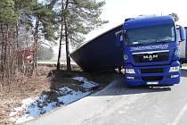 Nehoda kamionu na silnici mezi Velkou Polomí a Horní Lhotou.