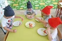 Děti si skládají ze zeleniny skřítka.