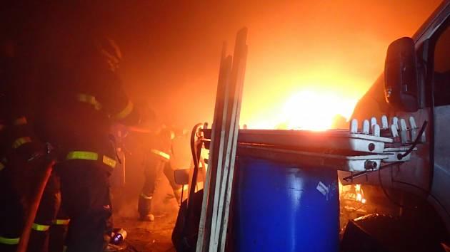 Požár garáže ve Frýdku -Místku, sobota 21. listopadu 2020.