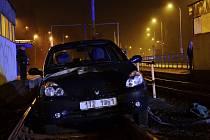 Auto vjelo do kolejiště. Vyprostiti je museli hasiči.