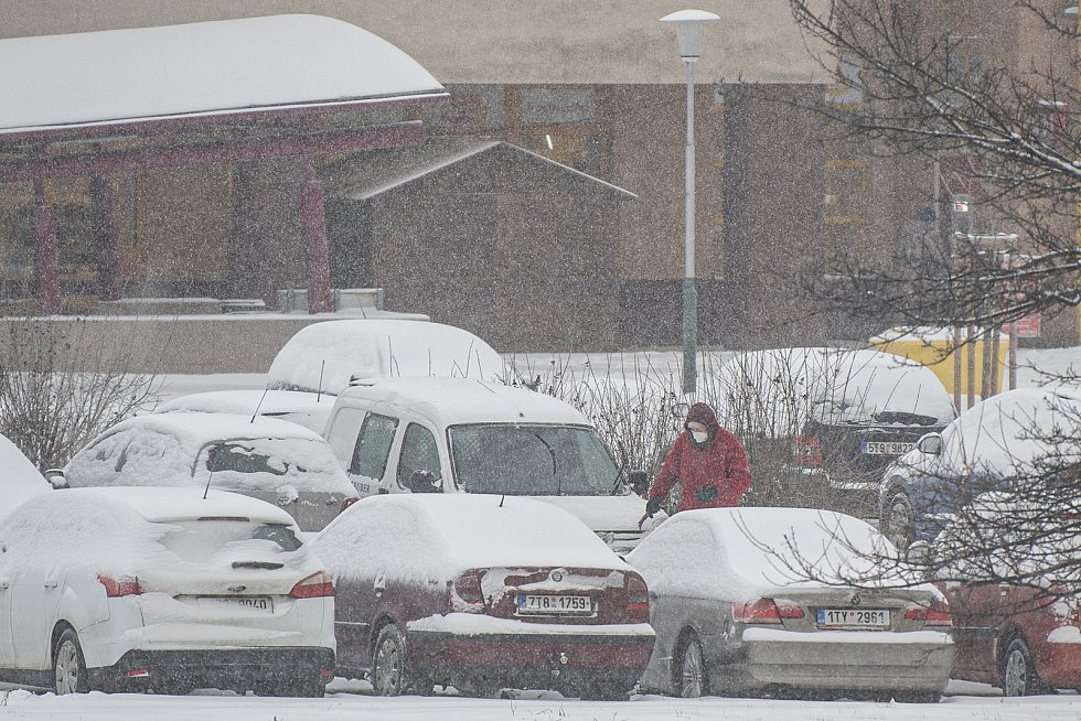 Sníh komplikuje dopravu na mnoha místech v kraji, 8. února 2021 v Ostravě.