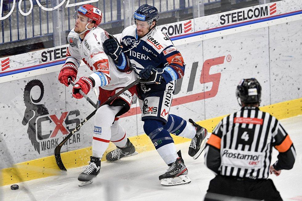 Utkání 16. kola hokejové extraligy: HC Vítkovice Ridera - HC Oceláři Třinec, 15. února 2021 v Ostravě. (zleva) Martin Gernát z Třince a Alexandre Mallet z Vítkovic.