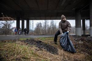 Pojďte s námi uklízet Ostravu. To byla dobrovolnická akce, jejichž cílem bylo uklidit okolí od odpadků a nepořádku kolem Slezskoostravského hradu, 17. dubna 2021 v Ostravě. Odpadky uklízel i primátor Ostravy Tomáš Macura.