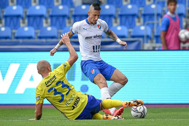 Utkání 2. kola první fotbalové ligy: Baník Ostrava - Fastav Zlín, 1. srpna 2021 v Ostravě. (zleva) Marek Hlinka ze Zlína a Jiří Fleišman z Ostravy.