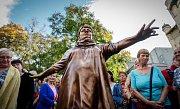 Sochař David Moješčík vytvořil sochu Věry Špinarové která stojí v Husově sadu.