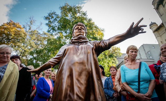 Sochař David Moješčík vytvořil sochu Věry Špinarové která stojí vHusově sadu.