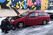Strážníci pomohli řidičce znovu nastartovat její vůz.
