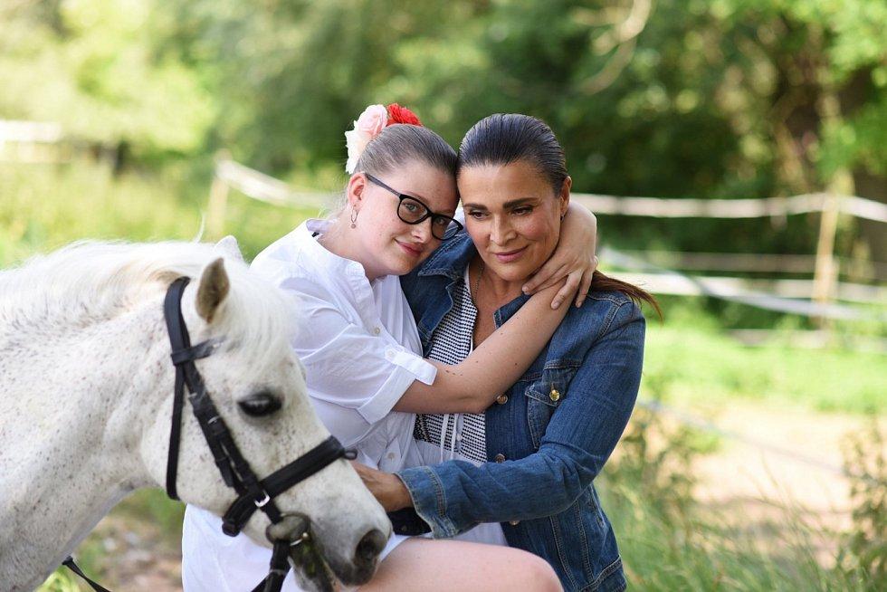 Mahulena Bočanová s dcerou (snímek ze sociální sítě Facebook).