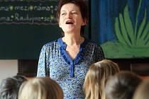 Žáci základní školy waldorfské se každé ráno přivítají se svou učitelkou tradiční průpovědí.