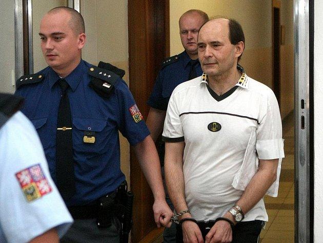 Lékaře Edgara Bednáře vede eskorta k soudu kvůli vraždy jeho bývalé pacientky