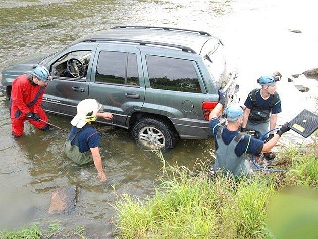 Hasiči na Hlučínsku v pátek večer vytahovali auto z řeky.