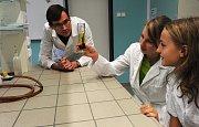 Modernizovaná laboratoř vybavená novými pomůckami pro výuku chemie, která přivítala žáky Matičního gymnázia v Ostravě v letošním školním roce, nabízí nejen příjemné prostředí a nové vybavení i pomůcky, ale také řadu nových možností pro různé pokusy.