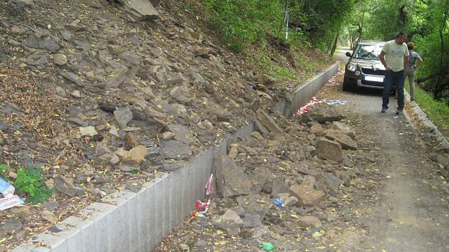 Sesuv půdy způsobil, že část cyklostezky mezi koblovským mostem a muzeem Landek zavalily kameny.
