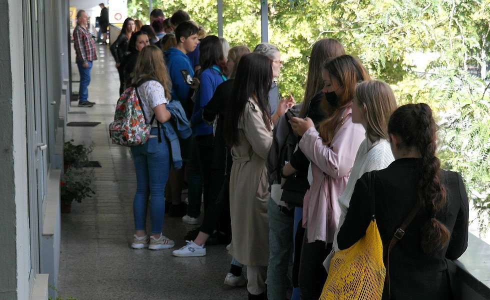 Začátek školního roku se v Ostravě nese ve znamení front na jízdenky a uznání studentských či žákovských slev.