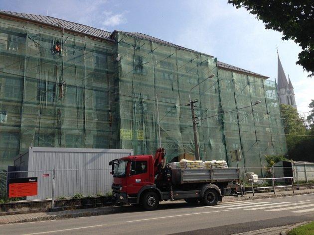 Úředníci se spolu sřadou dalších institucí přesunou do staré školní budovy, jejíž rekonstrukce bude za pár měsíců hotová.