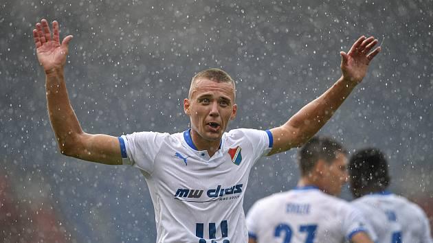 Útočník Baníku Ostrava Ladislav Almási oslavuje gól.