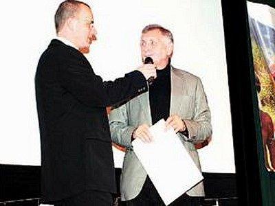 Jiří Menzel (na snímku vpravo) s Pavlem Andělem předával ceny na závěrečném festivalovém večeru.