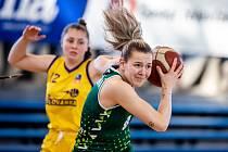 Utkání 6. kola Ženské basketbalové ligy: SBŠ Ostrava - Slovanka MB, 21. listopadu 2020 v Ostravě. Na snímku s míčem ostravská Stella Tarkovičová.