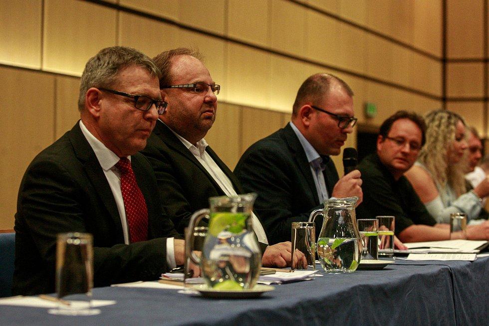 Povolební vyjednávání klubu ČSSD v hotelu Clarion v Ostravě.Na fotografii zleva Lubomír Zaorálek, Miroslav Novák