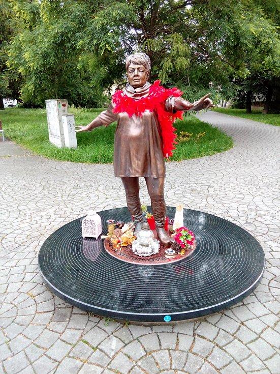 Sochy Věry Špinarové v Husově sadu na archivním snímku Deníku.