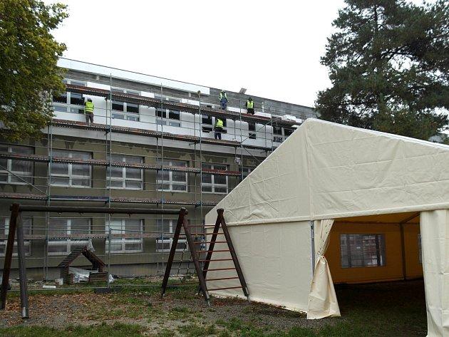 Druhé patro v rekonstruovaném pavilonu šenovské školy zdaleka není hotovo, byť už dovnitř neprší. Vpravo stojí party stan, který využívala družina.