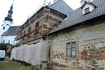 Chátrající objekt barokní katolické fary v Suchdole nad Odrou se konečně dočká obnovy.