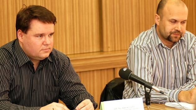 Ostravští policisté v úterý 11. března informovali o dopadení mladých lupičů. (Na snímku vlevo zástupce ředitele ostravské policie pro trestní řízení Radovan Vojta, vedle něj kriminalista Tomáš Návrat).