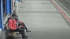 Záběr kamery zachycující zloděje v akci.