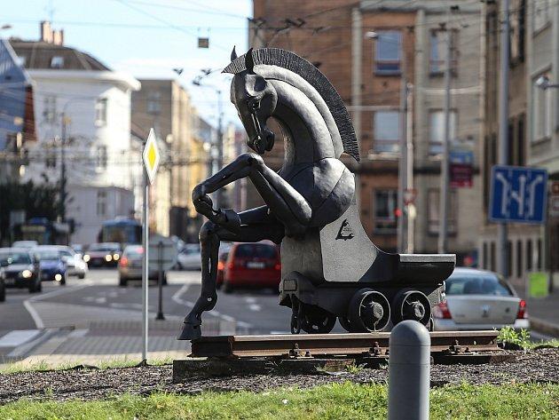 Plastika koně v kruhovém objezdu před ostravskou radnicí.