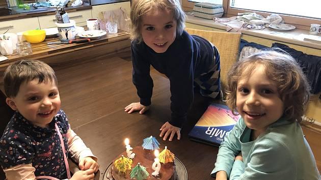 Tři děti Milana Bátora se dle jeho slov adaptovaly na domácí on-line výuku dobře, jediné, co jim chybělo, byl sociální kontakt se spolužáky.