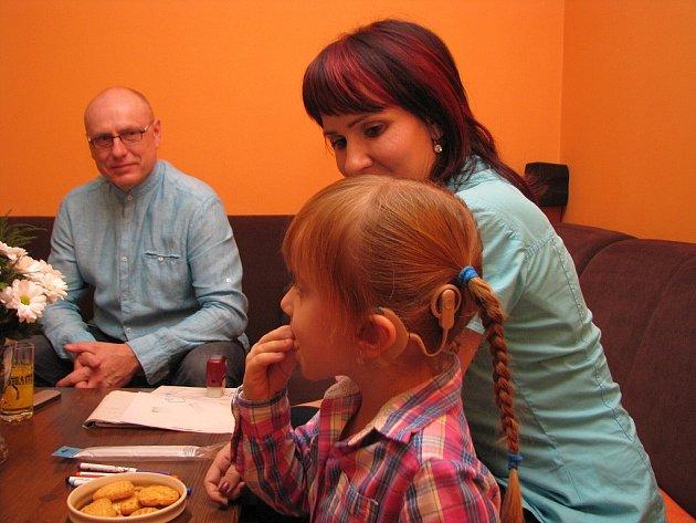 Eliška je šikovná čtyřletá holčička. Její rodiče bojují za to, aby jí byl voperován implantát i do druhého ouška.