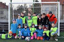 Malí fotbalisté na hřišti salesiánského střediska v Praze – Kobylisích.