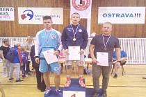 TICHAVSKÝ ZÁPASNÍK Martin Šoukal (vlevo) si z Ostravy odvážel stříbrnou medaili. Zlato bral Kopřiva z Vítkovic a bronz člen pořádajícího TJ Sokol Ostrava II Novák.