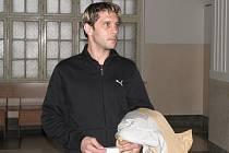 Muž před soudem prohlásil, že si na samotný útok nepamatuje. Prohlásil však, že by těhotné družce určitě neublížil.