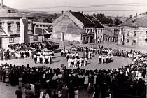 """Po skončení války pomáhali s nápravou škod a obnovou Klimkovic také dobrovolníci a spolky z Prahy. Poválečné """"kmotrovské"""" pomoci si zde cení dodnes. Fotografováno 18. července 1946."""