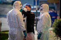 V domově pro seniory Iris v Ostravě se objevil koronavirus (COVID-19) u tamní zaměstnankyně a tří seniorů, 2. dubna 2020. Příprava lékařského týmu který zajišťuje odběr vzorku.