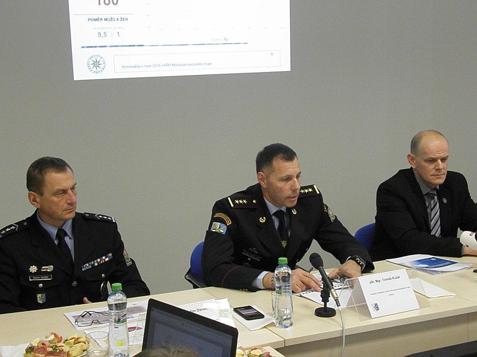 Tomáš Kužel na tiskové konferenci na snímku upřostřed (zleva náměstek Radím Daněk a náměstek Radim Wita).