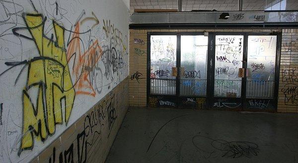 Vlaková stanice Ostrava-Vítkovice se rozpadá. Podle nájemníků dokonce ohrožuje životy lidí.
