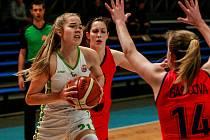 RADOST Z VÍTĚZSTVÍ si basketbalistky SBŠ Ostrava v tomto ročníku ligy užily teprve potřetí. Sedmnácti body přispěla k nedělní výhře nad MK Technic Brno 83:47 v hale Tatran osmnáctiletá Anna Kubíčková (s balonem).