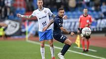 Utkání 11. kola první fotbalové ligy: FC Baník Ostrava - FC Slovácko, 16. října 2021 v Ostravě. (zleva) Jiří Fleišman z Ostravy a Daniel Holzer ze Slovácka.